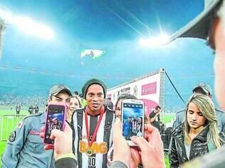 Despedida. No último jogo de Ronaldinho com a camisa alvinegra, também marcado pela conquista da Recopa, o craque foi muito tietado pelos torcedores, que aproveitaram para registrar tudo em fotos