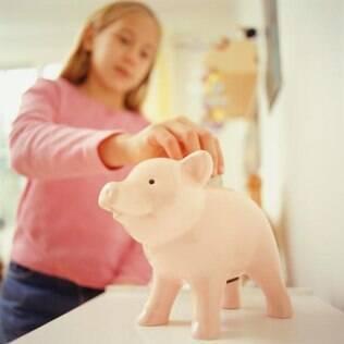 Para ensinar seu filho a fazer bom uso do dinheiro, você também deve saber poupar e fazer boas compras