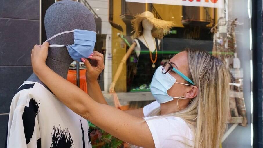 Profissional explica que não há relação entre a máscara e o mau hálito