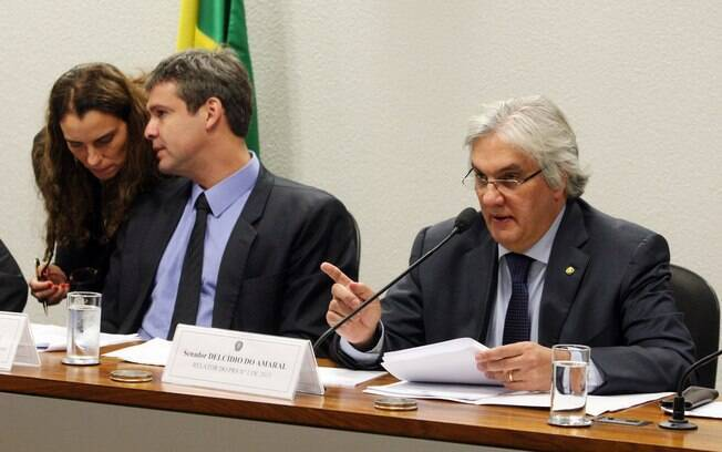 Delcídio do Amaral (d) durante sessão da Comissão de Assuntos Econômicos (CAE) do Senado