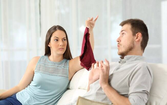 Para entrevistados, ações como ver 'nudes', mandar mensagens eróticas e  criar laço afetivo com outra pessoa é traição