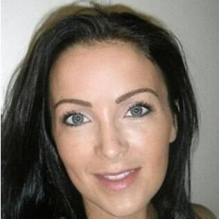 Claire Culverwell após o implante de sobrancelhas, com o traçado mais cheio