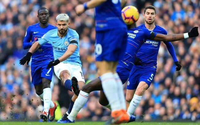 Sergio Agüero chuta para marcar o segundo gol do Manchester City no duelo