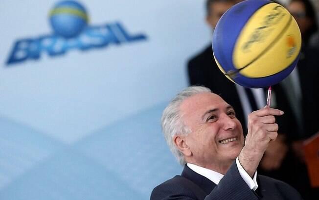Michel Temer equilíbra bola em evento em Brasília; o presidente comemorou a vitória da seleção na Copa do Mundo