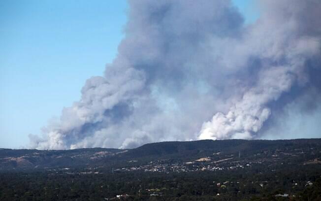 Foto da agência de Notícias chinesa Xinhua mostra fumaça densa sobre o Adelaide Hills, na Austrália (2/01)