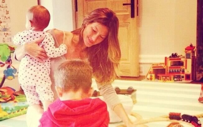 Gisele Bündchen brincando com seus filhos, Benjamin, de três anos, e Vivian, de seis meses