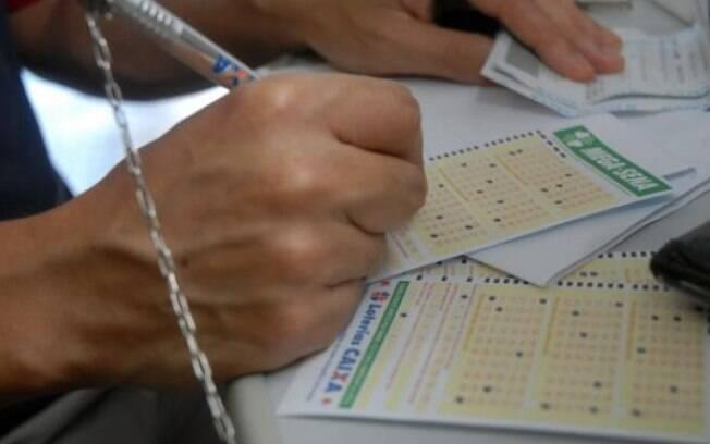 Para participar do sorteio da Mega-Sena, é necessário realizar uma aposta mínima em qualquer lotérica do país ou na internet, pelo site do Loterias Online