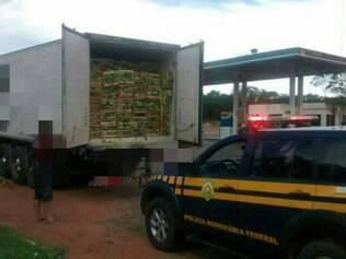Caixas de repolho escondiam as caixas de cigarro contrabandeado na parte de trás da carreta.
