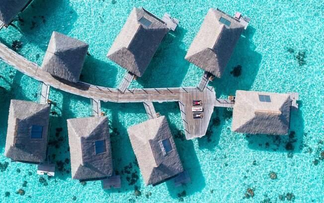 Existem acomodações no Tahiti que ficam em cima da água e garantem uma experiência única para os viajantes