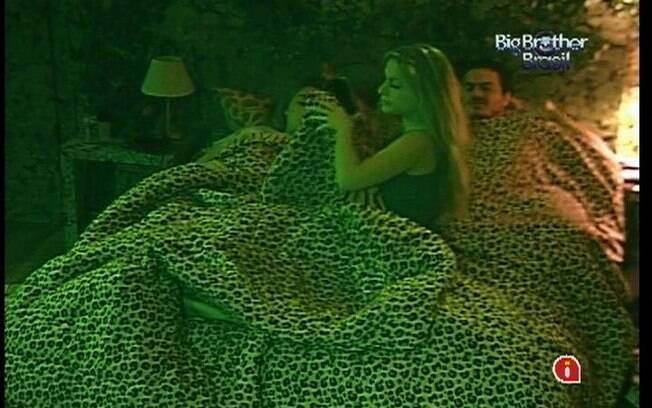 Renata deita na cama de Rafa e Monique para brincar