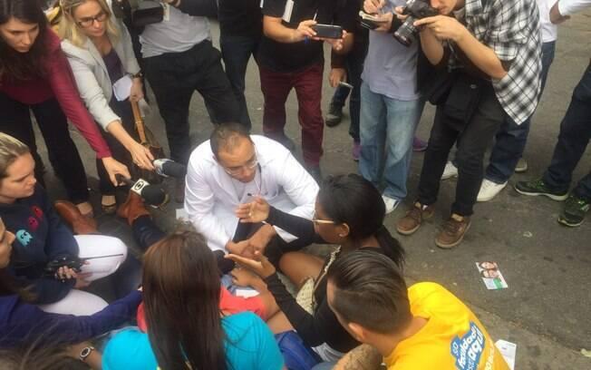 Médico atende jovem que perdeu o exame e desmaiou no local de prova em São Paulo. Foto: Laís Martins/iG São Paulo