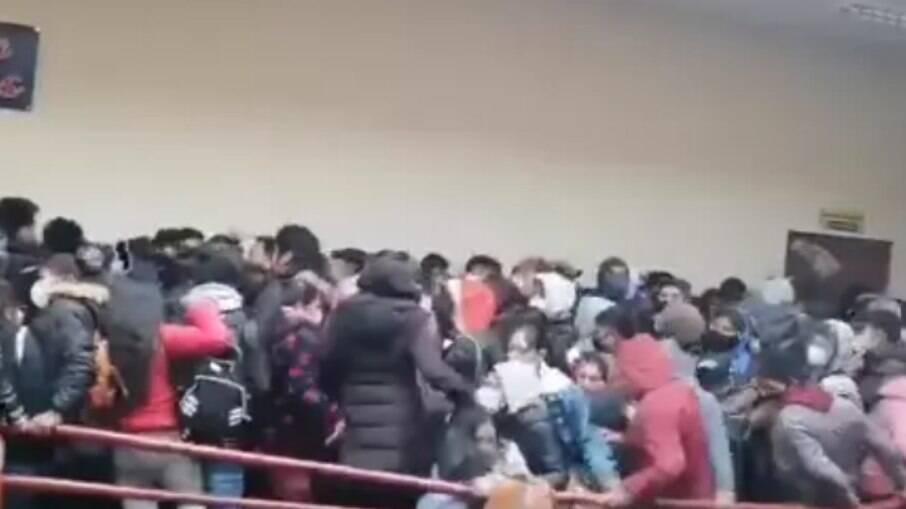 Jovens se aglomeravam no andar quando guarda-corpo cedeu