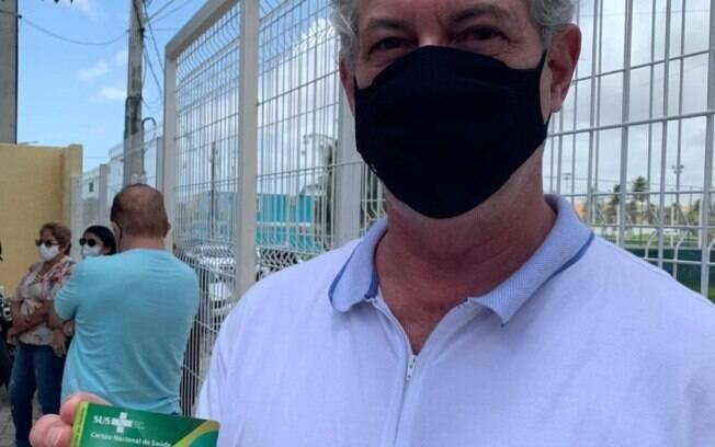Ciro Gomes sendo vacinado em Fortaleza