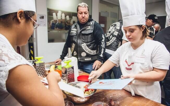 Participante do projeto 'Chefs Especiais', Paola Moutinho prepara uma salada de frutas sob a supervisão de chefs de cozinha. Foto: Edu Cesar