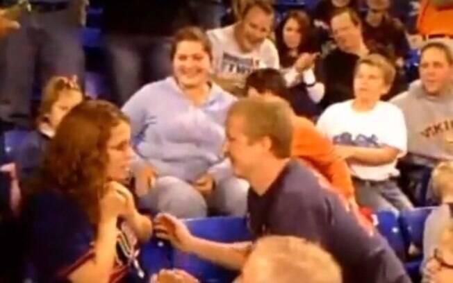 Em um dos vídeos mais assistidos quando o assunto é pedido de casamento, mulher dá um tapa no rosto do namorado