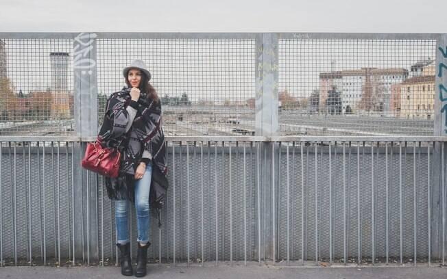 Consultora alerta que o poncho é uma peça esportiva e não deve ser usado com roupas passeio completo, rigor ou gala