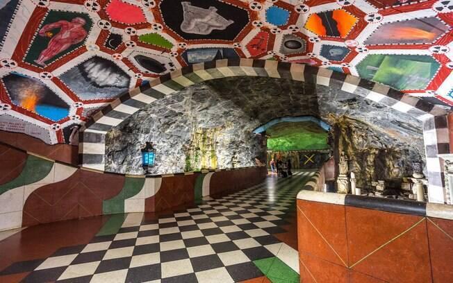 Com esculturas, pinturas e mosaicos, a galeria de arte deixa o dia dos suecos no transporte público mais colorido