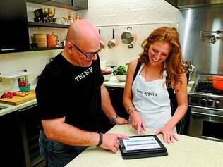 """Chef moderno. Engenheiro da IBM Steve Abrams e a editora da """"Bon Appétit"""" Dawn Perry interagem com Watson"""