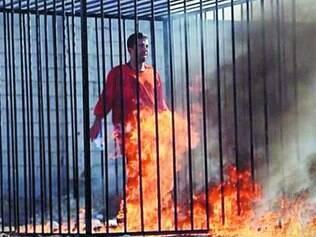Cena forte.   O vídeo de 22 minutos mostra o piloto jordaniano pegando fogo em uma terrível agonia