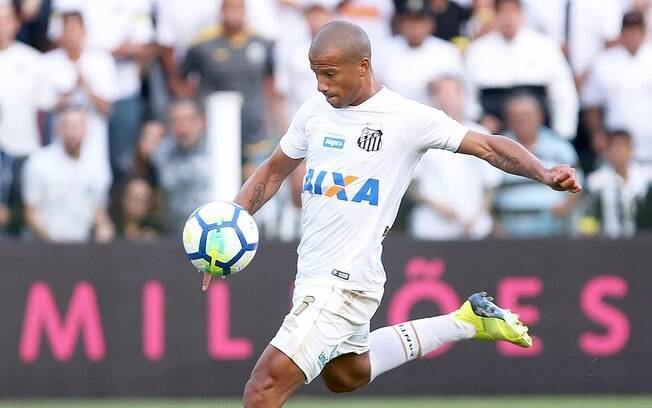 Carlos Sanchez chegou ao Santos neste ano