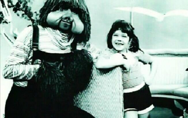 Simony mostra foto ao lado do boneco Fofão, na década de 80