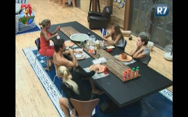 Jogadores se reúnem na mesa da cozinha da Sede para conversar e especular sobre a atividade