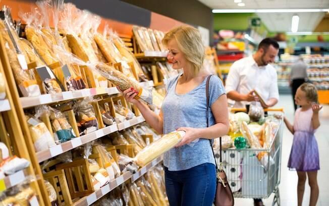 Se for comprar um dos alimentos processados, procure aqueles com ingredientes integrais, sugere médica
