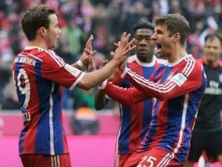 Jogadores do Bayern celebram passeio no Allianz Arena