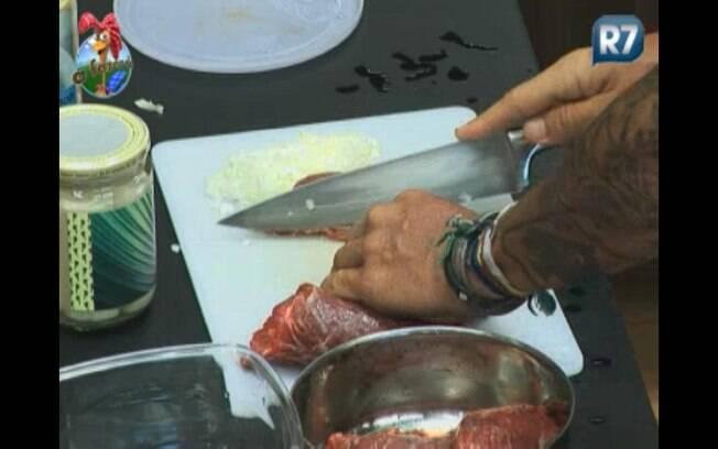 Gui prepara carne para o almoço
