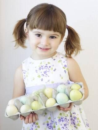 Uma solução divertida para deixar o chocolate de lado é colorir ovos de verdade