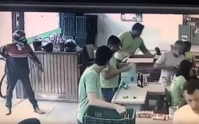 O assaltante foi ignorado duas vezes após anunciar assalto em supermercado de Minas.