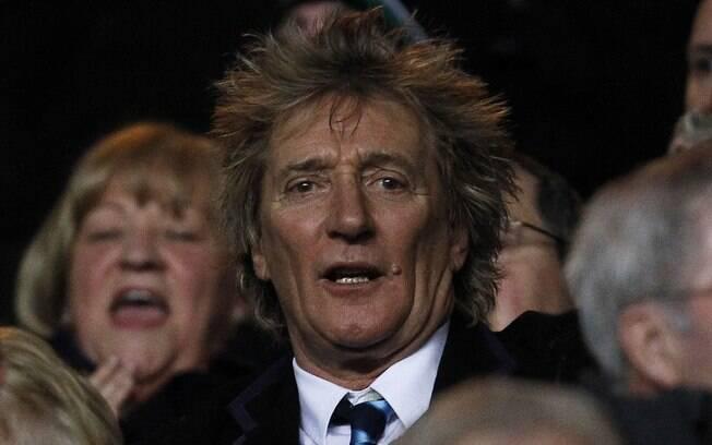 Torcedor do Celtic, Rod Stewart acompanha a  partida na Escócia