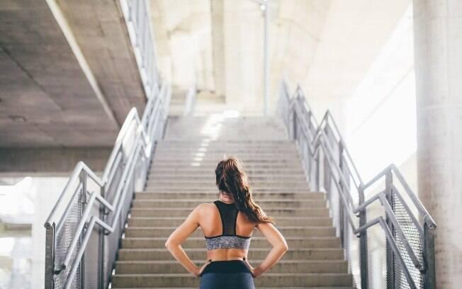 Quem tem problemas nas articulações deve passar por consulta médica antes de iniciar a prática de subir escadas