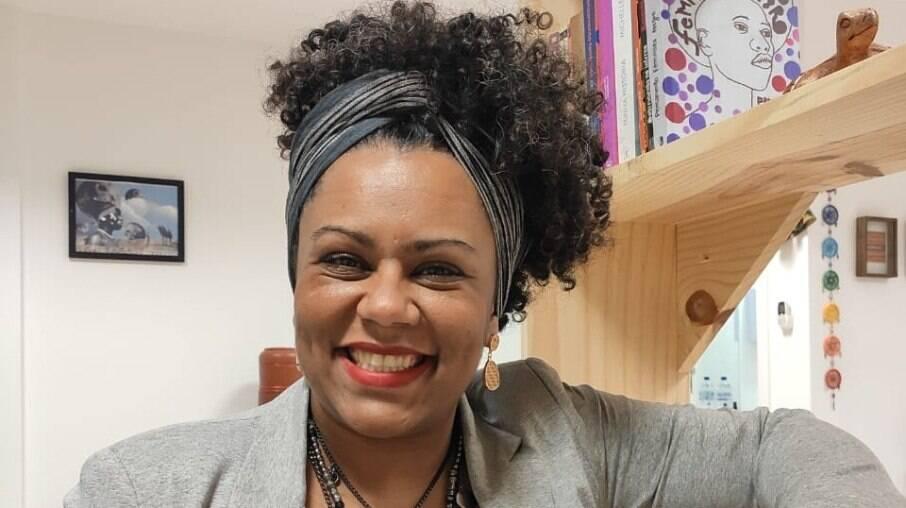 A pesquisadora Jaqueline da Conceição afirma que o racismo e a ideia de que ser branco é algo bom leva pessoas negras a desejarem serem brancas no Brasil