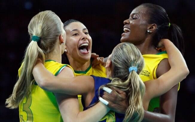 Quatro anos antes, festa em quadra com o  primeiro ouro olímpico com a seleção feminina de  vôlei, em Pequim