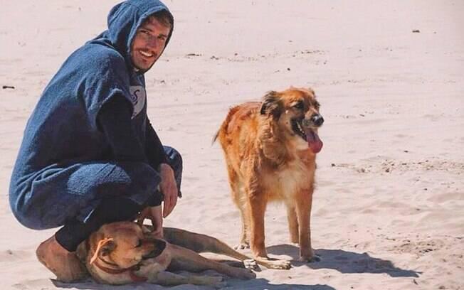 Alan Possamai e um de seus cachorros