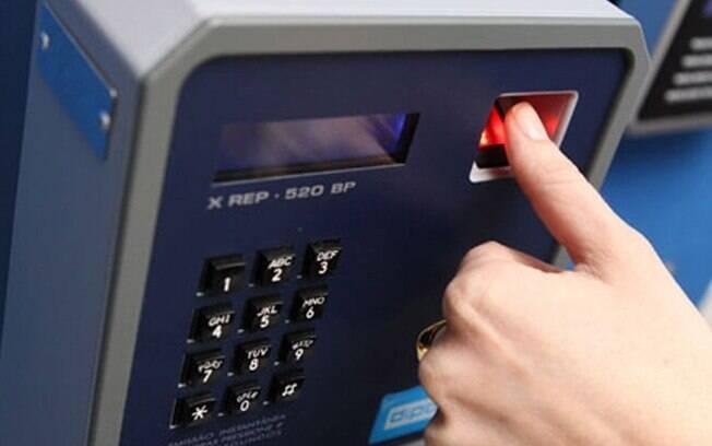Segundo o Estadão, estão dispensados do ponto eletrônico os 146 mil professores de universidades públicas federais