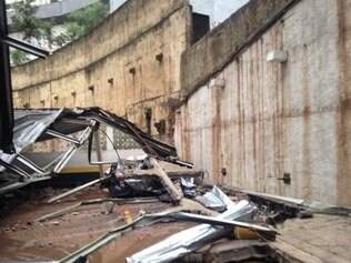 Desabamento de muro atingiu 16 carros que estavam na garagem, duas pessoas ficaram feridas