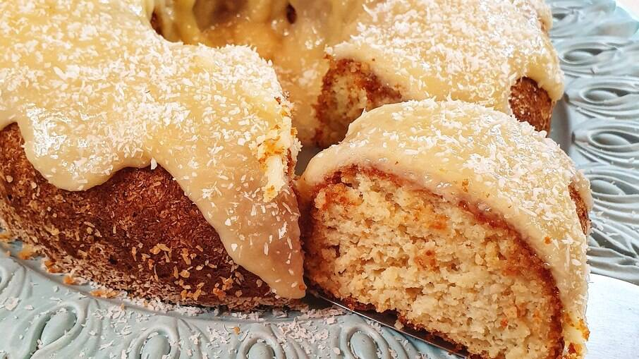 O bolo de coco é perfeito para uma comemoração ou para o café da tarde