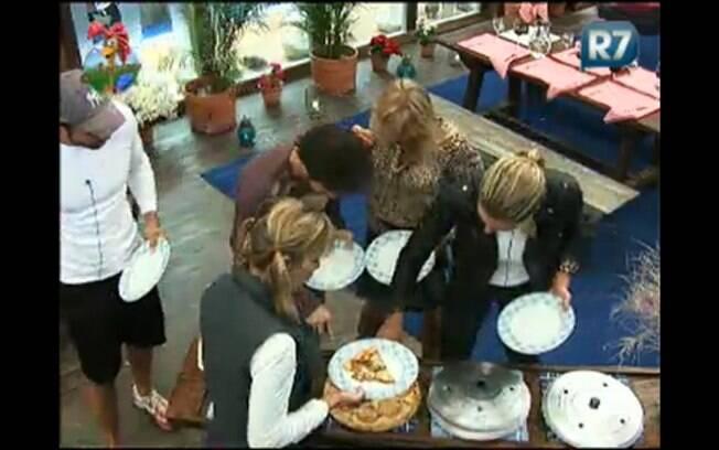 Equipe Ovelha recebe pizzas como prêmio por vencer queimada