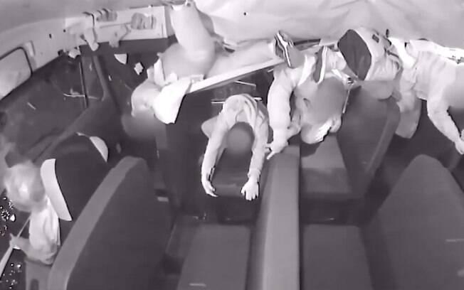 De cinto, Motorista permaneceu calmo enquanto crianças voavam dos bancos em acidente de ônibus