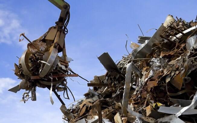 Os canudos de plástico tradicionais podem levar até 450 anos para se decompor. Hoje, existem alternativas feitas de metal, papel e até de macarrão