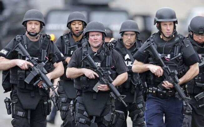 Equipe da Swat marcha em bairro enquanto fazem buscas por suspeito de ataque em Boston em Watertown, Massachusetts