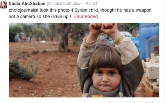 Menina síria comove ao confundir câmera com arma