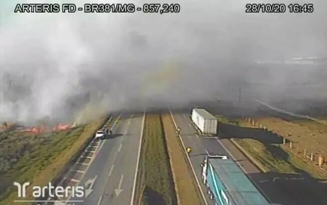 A fumaça toma conta da pista da rodovia e diminui visibilidade de motoristas