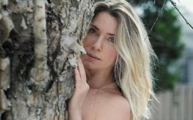 Letícia Spiller impressiona com boa forma em novo ensaio nu divulgado em seu Instagram