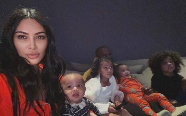 Kim Kardashian e Kanye West fizeram uma sessão de cinema com os filhos e a socialite pediu sugestões do que fazer na quarentena