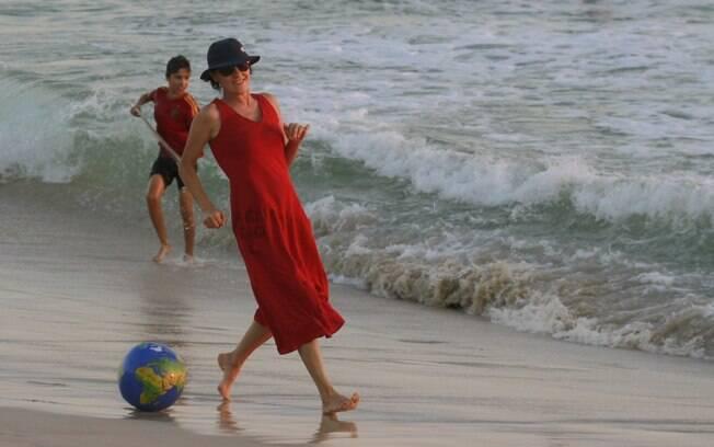 Cássia Kis Magro curte fim de tarde na praia com os filhos