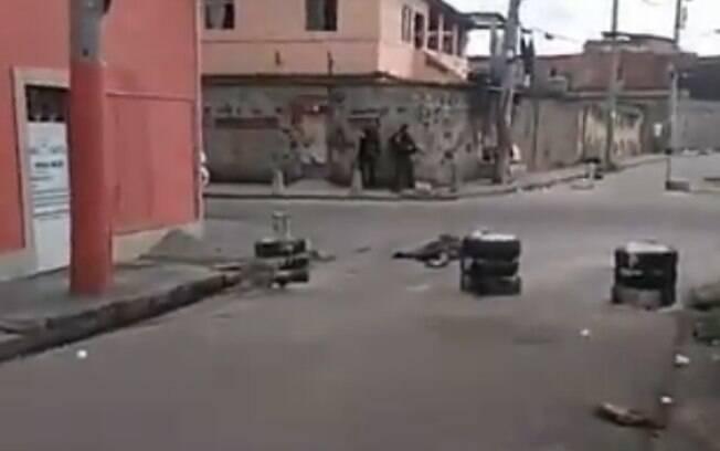 Em vídeo divulgado nas redes, moradores desesperados falam que trabalhador foi baleado