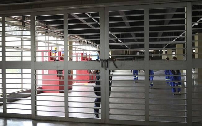 Ônibus de pelo menos quatro empresas ficaram nas garagens e estações de metrô amanheceram fechadas em Brasília